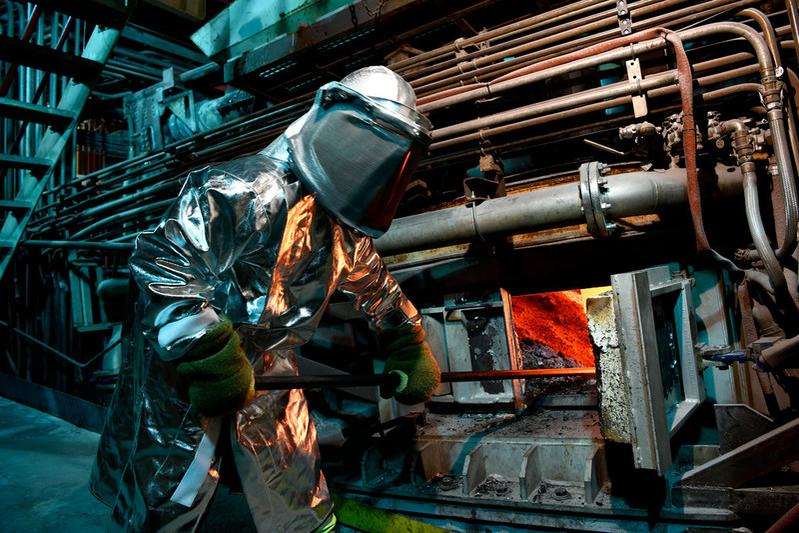 Le processus de fabrication de l'acier, où le fer fondu devient de l'acier solide, implique plusieurs étapes de traitement thermique et chimique nécessitant une variété de revêtements réfractaires compatibles avec de nombreuses conditions d'application
