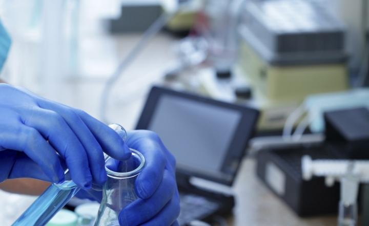 在实验室进行化学测试(库存照片)