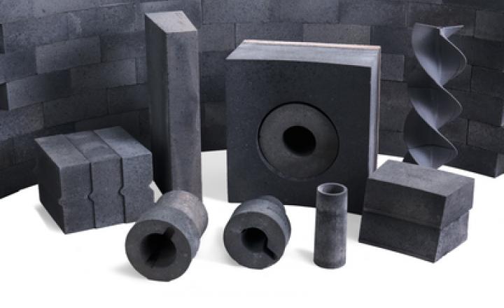 Saint-Gobain Performance Ceramics & Refractories a lancé une troisième génération de réfractaires en carbure de silicium (SiC) conçus pour protéger efficacement les fours en cuivre. Des équipes de R&D dédiées ont développé des matériaux hautes performances qui offrent une durée de vie de pointe. Sur le terrain, des ingénieurs expérimentés appliquent leur expertise en conception pour fournir des systèmes réfractaires qui améliorent les performances, la fiabilité et la durée de vie du four.