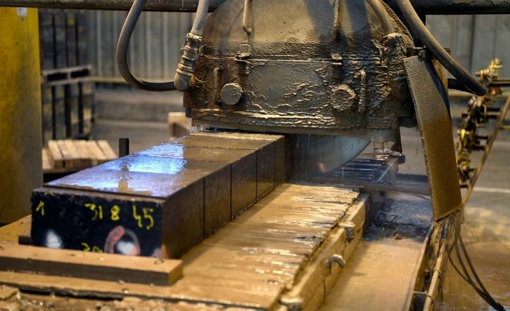 Saint-Gobain propose une solution d'ingénierie entièrement personnalisée pour les applications de fours en cuivre. Nos concepts de conception de réfractaires, combinés à des ciments spéciaux, minimisent les scories et les inclusions réfractaires, produisant un métal plus propre.