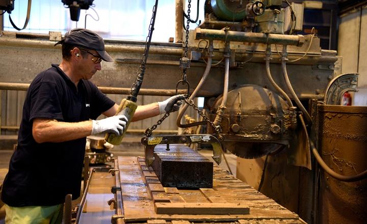圣戈班为铜炉应用提供完全定制的工程解决方案。 我们的耐火设计理念与特殊水泥相结合,最大限度地减少炉渣和耐火夹杂物,生产出更清洁的金属。