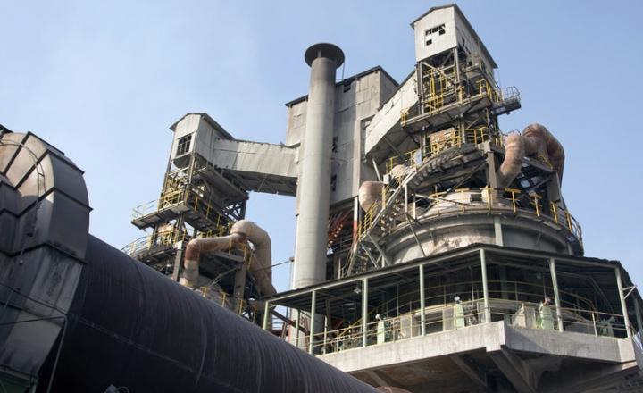 La production d'acier brut commence par le processus de réduction, où le minerai de fer réagit avec les sources de carbone à l'intérieur du haut fourneau. Le haut fourneau nécessite différents types de produits réfractaires résistants aux réactions thermomécaniques et thermochimiques.