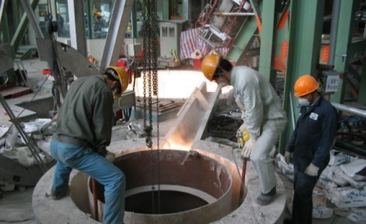 Saint-Gobain Foundry Solution 的 NORVIBE™ A 126 A 干振水泥产品是市场上用于涂料罐、预熔器和感应器衬里的标志性产品。