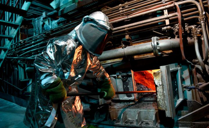 将铁水变成固态钢的炼钢过程涉及多个热处理和化学处理阶段,需要与许多应用条件兼容的各种耐火衬里