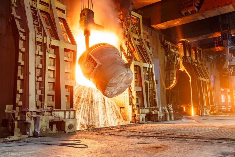 粗钢生产始于还原过程,在此过程中,铁矿石与高炉内部的碳源发生反应。 高炉需要具有耐热机械和热化学反应能力的不同类型的耐火产品。